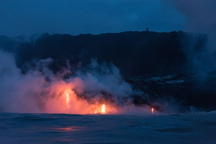 Lava watchers on the cliff above. (Photo: Tom Pfeiffer)