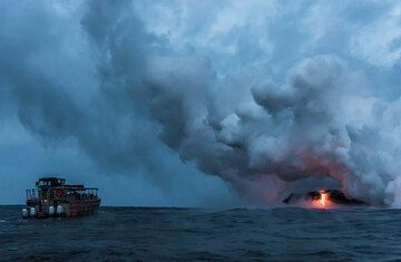 Back at the eastern entry, which generates a large steam plume. (Photo: Tom Pfeiffer)