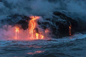 Beautiful lava flows pour calmly into the ocean. (Photo: Tom Pfeiffer)