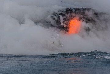 A single lava flow during a calm sea moment. (Photo: Tom Pfeiffer)