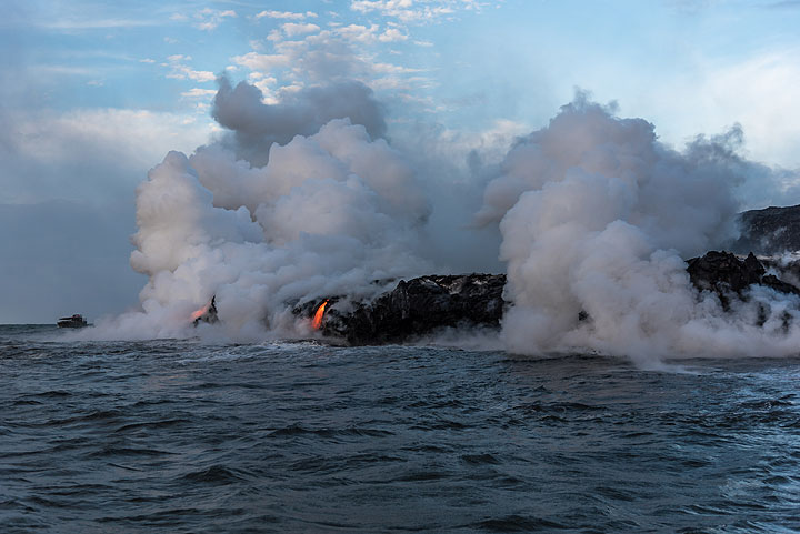 Some last views of the eastern ocean entry with its multiple single lava entry points. (Photo: Tom Pfeiffer)