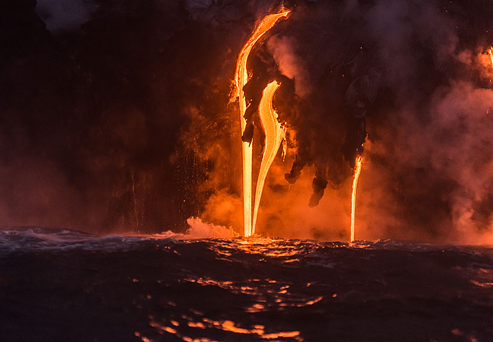The lava streams enter the sea with surprisingly little interaction when the water is calm. (Photo: Tom Pfeiffer)