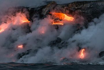 An exposed, approx. 2 m wide active lava tube at the coast. (Photo: Tom Pfeiffer)
