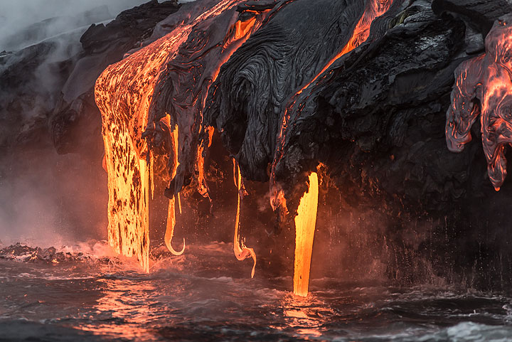 Surface lava drops down into the water. (Photo: Tom Pfeiffer)