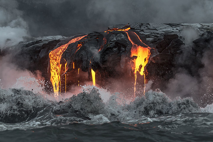 Breaking wave and active lava entry (Photo: Tom Pfeiffer)