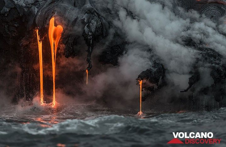 Parallel thin streams of lava pouring into the sea. (Photo: Tom Pfeiffer)