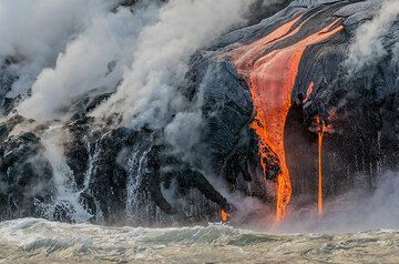 Lava flows at the side of an active finger of the bench. (Photo: Tom Pfeiffer)