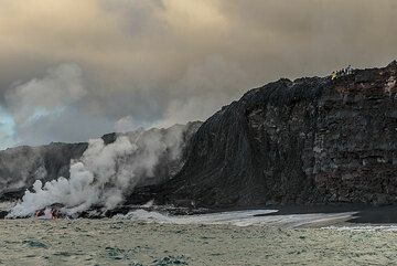Lava watchers above the eastern part of the bench where a new, temporary beach has formed. (Photo: Tom Pfeiffer)