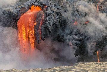 Strong lava flow. (Photo: Tom Pfeiffer)