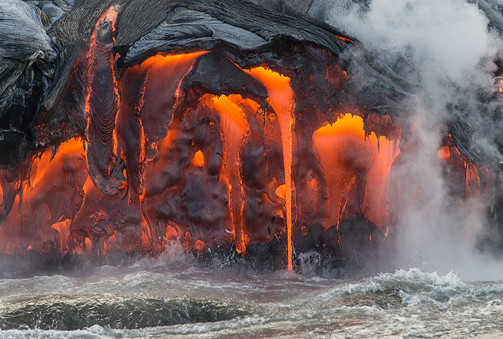 Numerous stacked, active pahoehoe flows exposed at the bench. (Photo: Tom Pfeiffer)