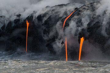 "Parallel lava ""hoses"" (Photo: Tom Pfeiffer)"