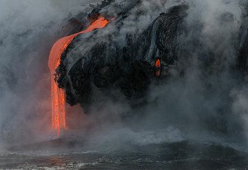 Side view of lava flow into the sea. (Photo: Tom Pfeiffer)