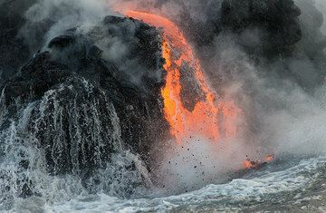 Receding wave in front of lava. (Photo: Tom Pfeiffer)