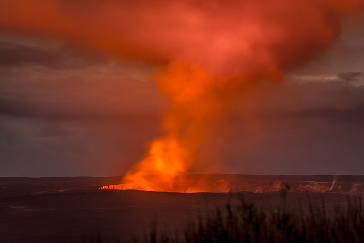 Halema'uma'u crater with the red glow of the lava. (Photo: Tom Pfeiffer)