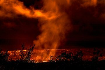 The lava lake has risen high enough that parts of it are visible from the Jagger lookout. (Photo: Tom Pfeiffer)