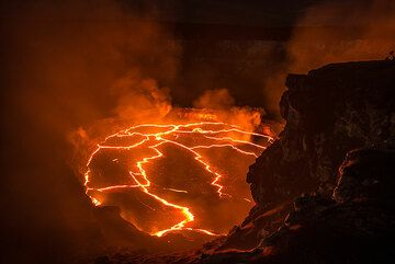 The summit lava lake in a stage of relative calm with pieces of broken crust on its surface. (Photo: Tom Pfeiffer)
