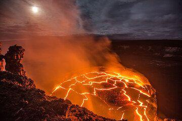 Full moon and the lava lake. (Photo: Tom Pfeiffer)