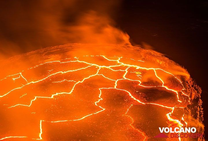 Near vertical view of the lava lake (Photo: Tom Pfeiffer)