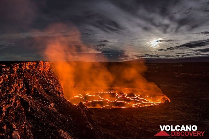 Wide-angle view of the lava lake. (Photo: Tom Pfeiffer)