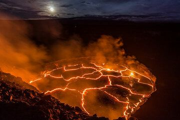 The lava lake and moon (Photo: Tom Pfeiffer)