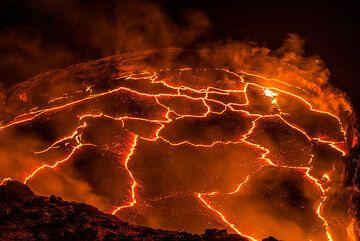 Plate tectonics of lava crust pieces. (Photo: Tom Pfeiffer)