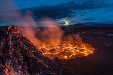 Dawn over the lava lake (Photo: Tom Pfeiffer)