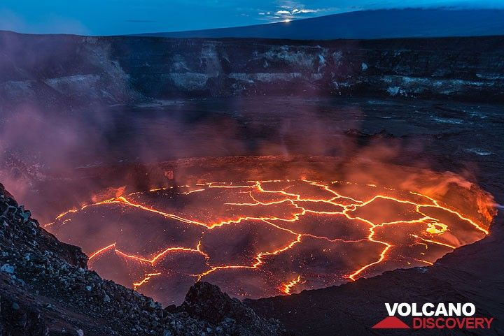 Halema'uma'u lava lake. Moon about to disappear behind Mauna Loa. (Photo: Tom Pfeiffer)