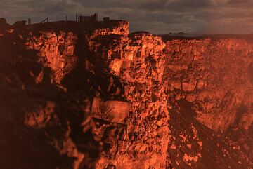 Illuminated outer crater walls with old overlook (Photo: Tom Pfeiffer)