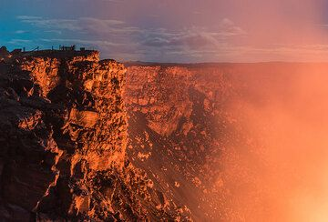 Outer crater walls in twilight and gas plume from the lava lake. (Photo: Tom Pfeiffer)