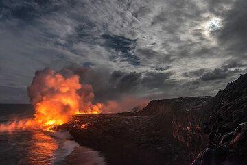 Kilauea volcano (Hawaii): Kamokuna sea entry 17 Sep 2016 (Photo: Tom Pfeiffer)