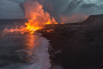 Black sand beach at the eastern end of the bench. (Photo: Tom Pfeiffer)