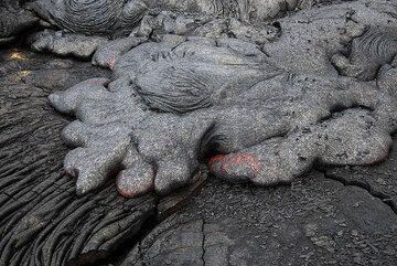 Advancing pahoehoe lava toes. (Photo: Tom Pfeiffer)
