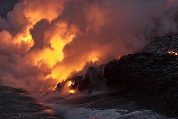 At night, the lava illuminates the steam plume from the eastern Kamokuna sea entry. (Photo: Tom Pfeiffer)