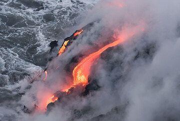 Lava flows entering the sea (Photo: Tom Pfeiffer)