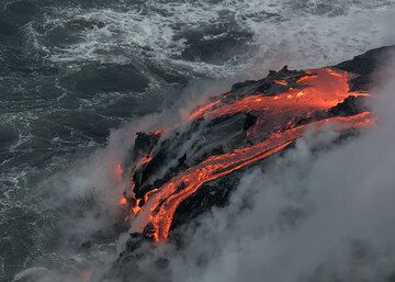 The heavy steam leaves only short glimpses of the lava flows. (Photo: Tom Pfeiffer)