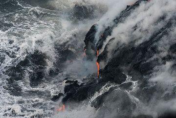 Approaching breaking wave. (Photo: Tom Pfeiffer)