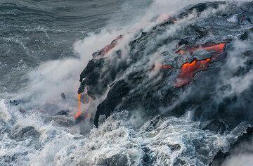 A surface flow on feeds several lava hoses. (Photo: Tom Pfeiffer)