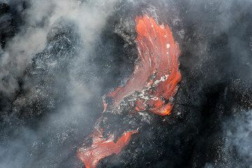 The surface of a flow has formed a small piece of crust. (Photo: Tom Pfeiffer)