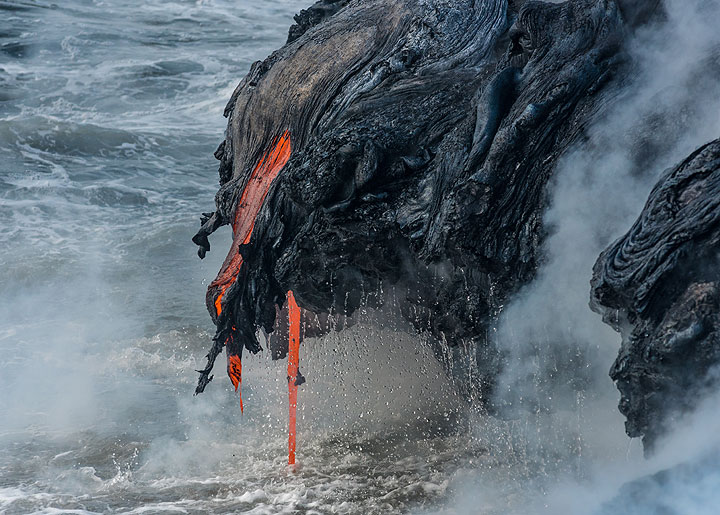 The lava hoses form bizarre structures subject to rapid changes. (Photo: Tom Pfeiffer)