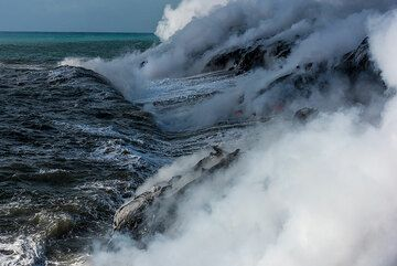Powerful waves of the Pacific hit the young bench. (Photo: Tom Pfeiffer)