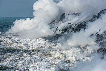Steam plume from the lava sea entry. (Photo: Tom Pfeiffer)