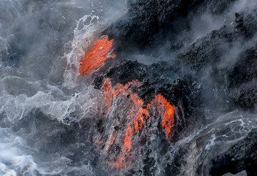 A lava flow front advances against the water. (Photo: Tom Pfeiffer)