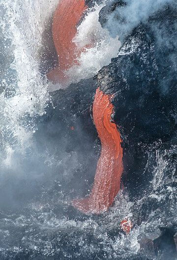 Two thicker lava flows (Photo: Tom Pfeiffer)