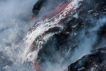 A lava flow took a shower. (Photo: Tom Pfeiffer)