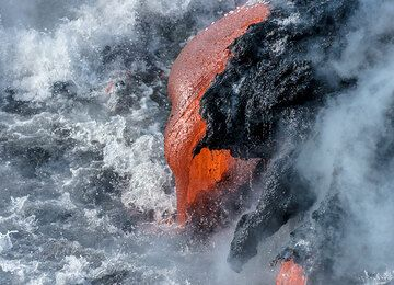 Thick lava flow pouring into the water. (Photo: Tom Pfeiffer)