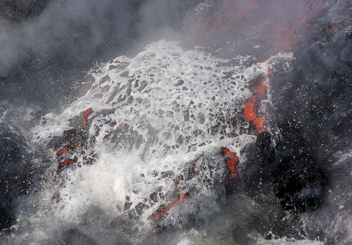 The water foams up as a layer of steam forms at the contact between the lava and the water. (Photo: Tom Pfeiffer)