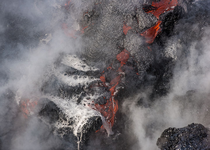 Some crust forms on the flowing lava as result. (Photo: Tom Pfeiffer)