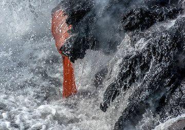 Kilauea volcano (Hawaii): fire and water (Photo: Tom Pfeiffer)