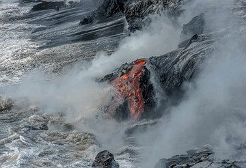 Lava flow at the bench front. (Photo: Tom Pfeiffer)