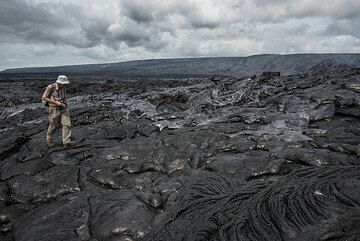 Photographer Martin Rietze along the eastern margin of an inland lava breakout, approx. 2 km from the coast. (Photo: Tom Pfeiffer)